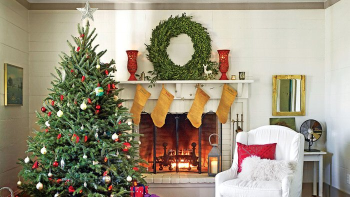 Diy christmas mantel decorating ideas the budget decorator third choose a statement piece or two that fits with your holiday theme every item you use does not have to be a holiday decorationyou can add the solutioingenieria Gallery