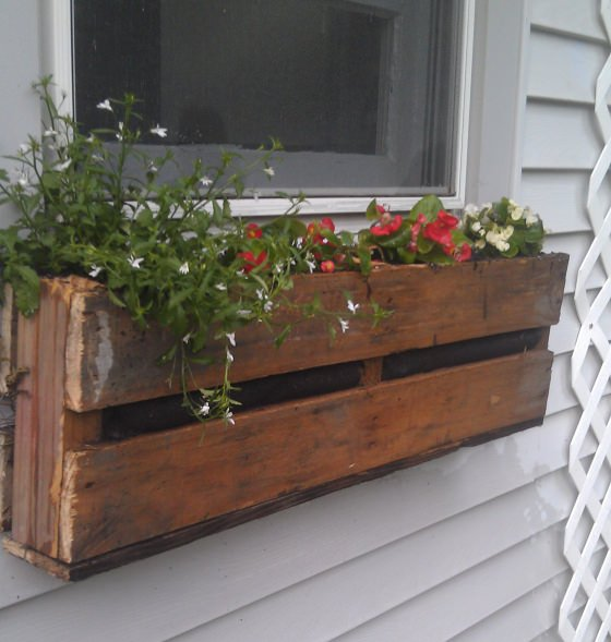 Brittany from \u0027Pretty Handy Girl\u0027 created this wine crate window box and she shares just how she did it with us less talented and creative! & DIY Window Box Ideas \u0026 Projects \u2022 The Budget Decorator