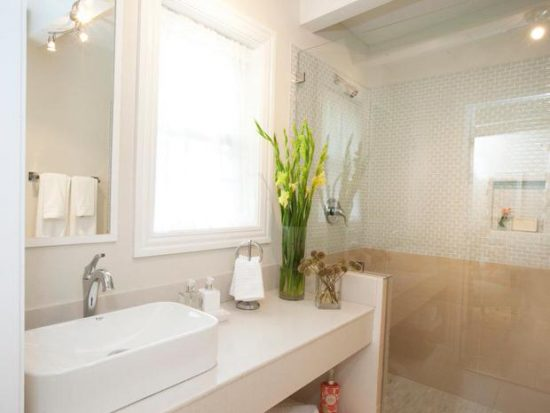 Budget Bathroom Makeovers : Before and After